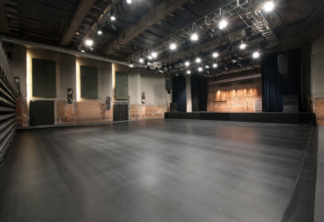 SZENE Salzburg Saal, unbestuhlt mit Bühne